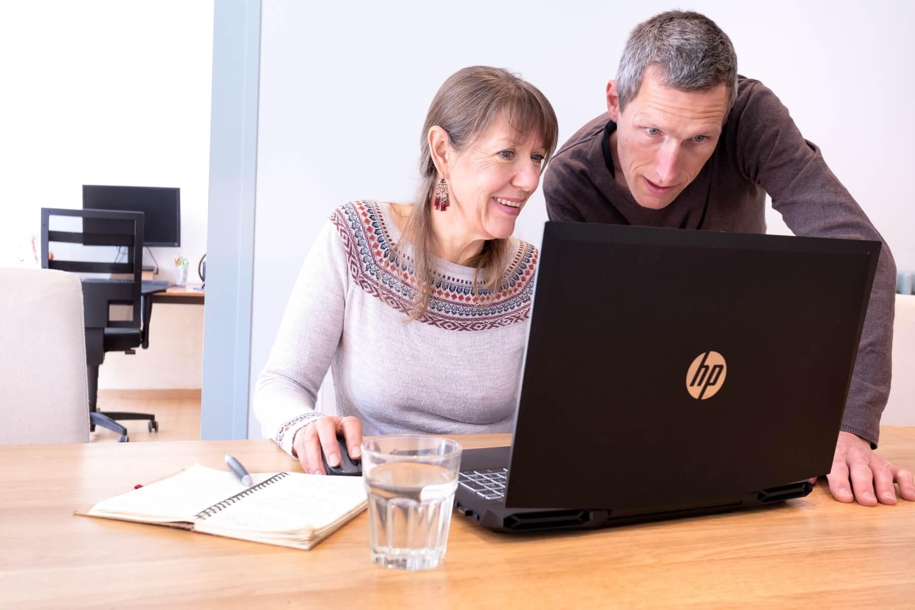 Erwin Derksen en Margriet Ravensbergen samen achter computer